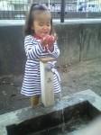 孫と水遊び